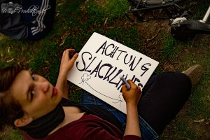 Schild mit der Aufschrift Achtung Slackline